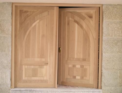Puerta de dos hojas en madera de Castaño